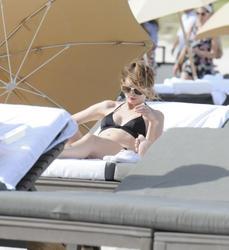 http://img150.imagevenue.com/loc142/th_312247154_Mischa_Barton_Bikini_Candids_on_the_Beach_in_Miami_December_27_2011_157_122_142lo.jpg