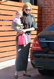 Николь Кидман, фото 2013. Nicole Kidman and her daughters leaving a birthday party in Hollywood 2-5-12, foto 2013