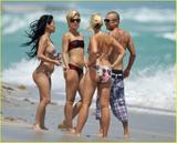 Mena Suvari at the beach in Malibu Aug 17 Foto 316 (���� ������ �� ����� � ������ 17 ������� ���� 316)